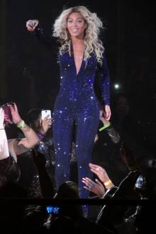JLOs sexy Glamour-Look hat Beyoncé wohl gefallen. Ein Jahr später sah man sie in einer blauen Catsuit-Variante auf der Bühne in Las Vegas.