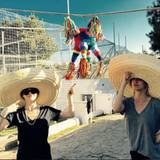 """Neben all den Raubkatzen hat es auch ein andere """"flauschige"""" Geburtstagsüberraschung in den Park der """"Black Jaguar and White Tiger Foundation"""" geschafft. Eine knallbunte Piñata soll am Mittag für Abwechslung unter der mexikanischen Sonne sorgen. Kaleys Schwester Briana scheint das besonders zu freuen"""