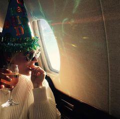 Und so beginnt am vergangenen Samstag das einzigartige Geburtstagswochenende von Kaley Cuoco:  Über den Wolken genießt sie ihr erstes Glas Wein und fühlt sich mit ihrem witzigen Partyhut in die Rolle als Birthdaygirl ein. Wohin es geht, will sie noch nicht verraten. Doch die nächsten Fotos ...