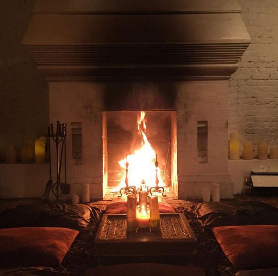 Wie romantisch! GNTM-Juror Thomas Hayo hat zu Thanksgiving seinen Kamin angezündet und so eine ganz idyllische Atmosphäre in seiner Wohnung geschaffen.