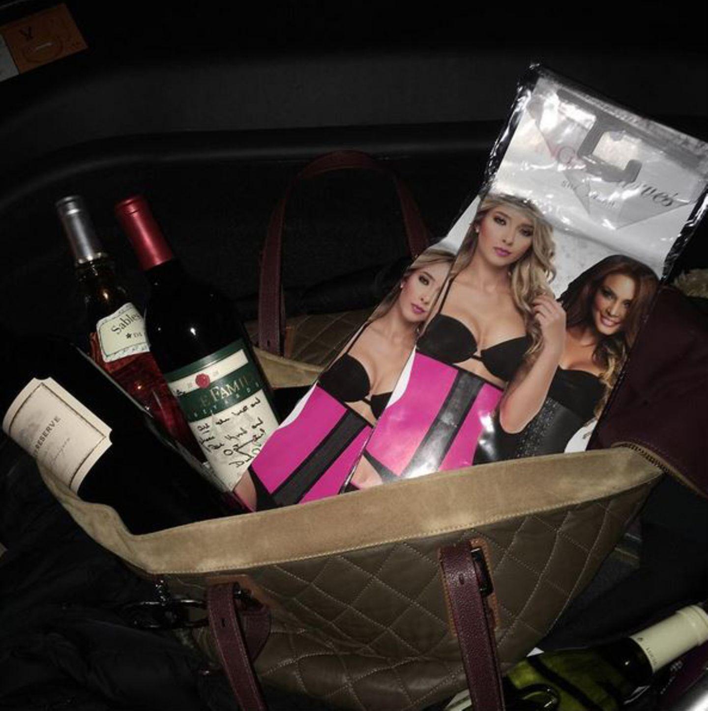 """Schlemmen ohne davon ein Bäuchlein zu bekommen? Katy Perry weiß sich zu helfen. In ihrem Gepäck befinden sich gleich zwei """"Waist Trainer"""". Unter diesen will die Sängerin anscheinend all den Truthahn sowie viele Liter Wein (die sich auch in ihrer Tasche befinden) verschwinden lassen."""