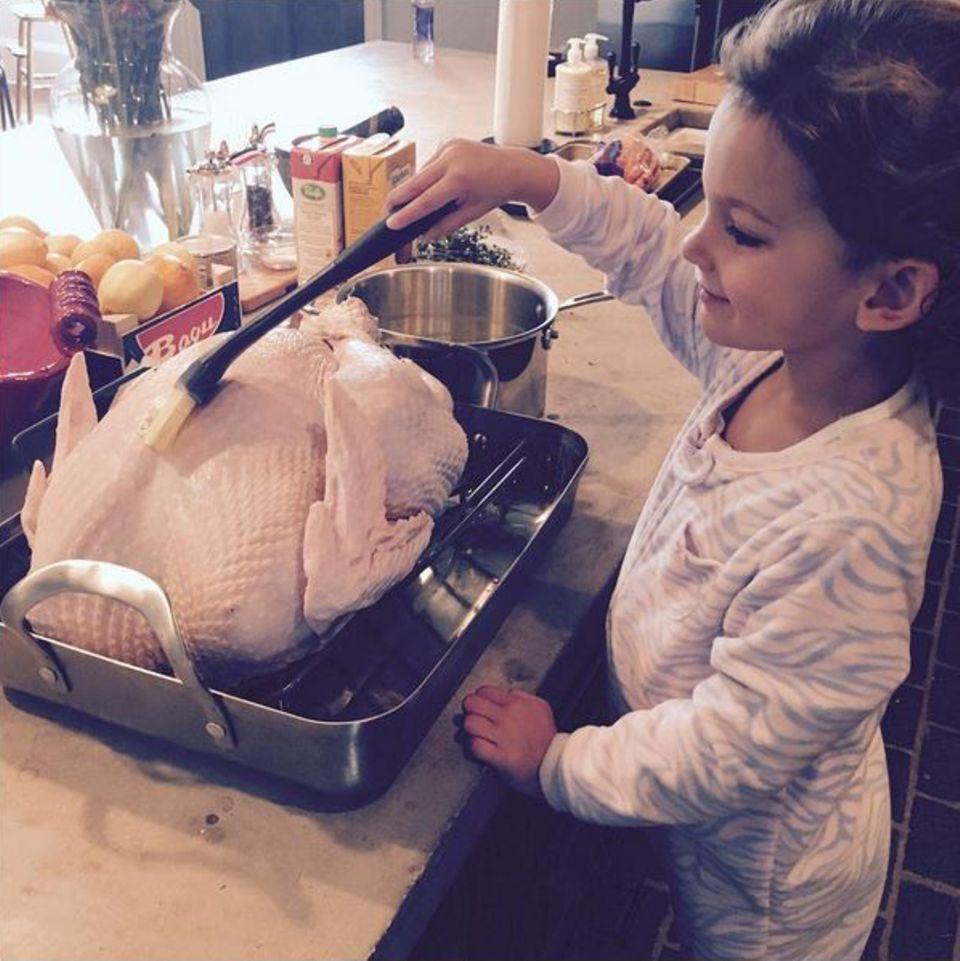 Model Lily Aldridge bekommt in der Küche Unterstützung von ihrer kleinen Tochter Dixie. Ganz gemütlich wird bei ihnen in Pyjama gefeiert.