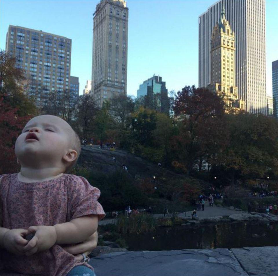 Im Central Park in New York City genießt Kelly Clarkson mit Töchterchen River die (noch) warmen Temperaturen.