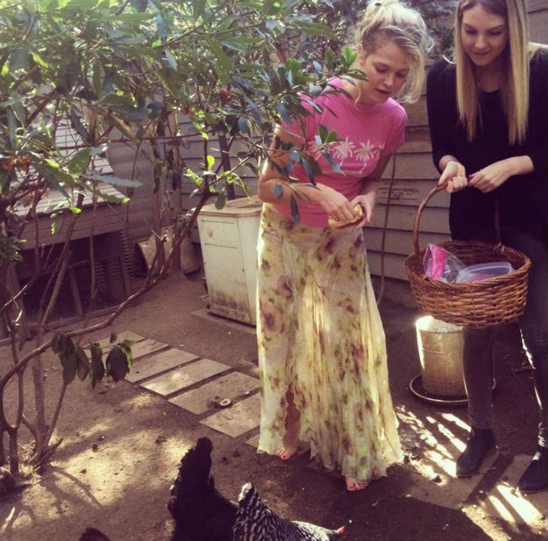 """Zusammen mit ihrer Schwester Megan füttert """"Victoria's Secret""""-Model Erin Heatherton Hühner. Hoffentlich landet keines davon später auf dem Festtagstisch der Familie."""