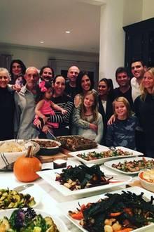 Auch wenn sie schon längst voneinander getrennt sind und neue Partner an ihrer Seite haben, feiern Gwyneth Paltrow und Chris Martin Thanksgiving zusammen. Ihre Kids Apple und Moses freut das sicherlich noch viel mehr als das ganze Essen, das sie vor sich aufgebaut haben.