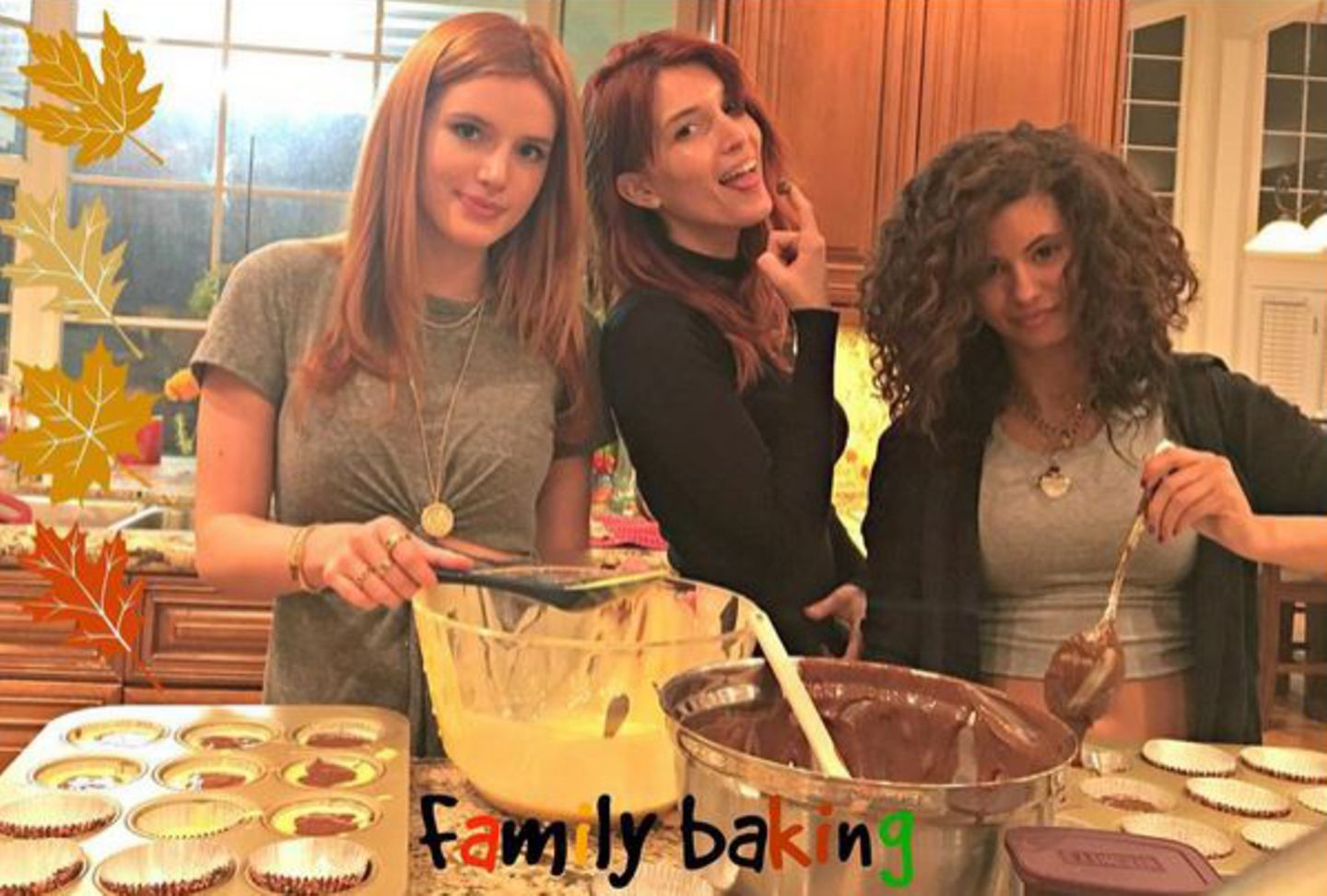 """Bei Bella Thorne beginnt mit Thanksgiving die Back-Saison. Beim """"Family Baking"""" tobt sie sich an Muffinförmchen, Schokoteig und Rührer aus."""