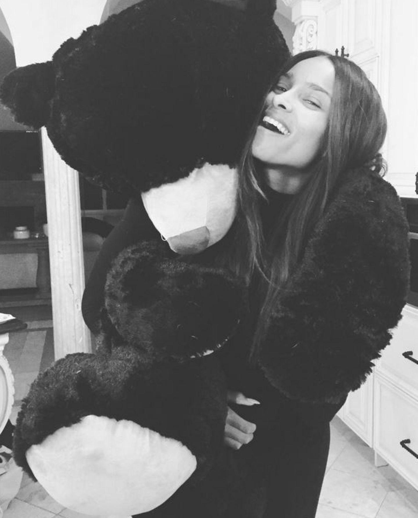 Sängerin Ciara freut sich an Thanksgiving besonders über die Anwesenheit ihres Riesen-Teddys. Zusammen mit diesem sendet sie gut gelaunte Grüße an ihre Instagram-Follower.