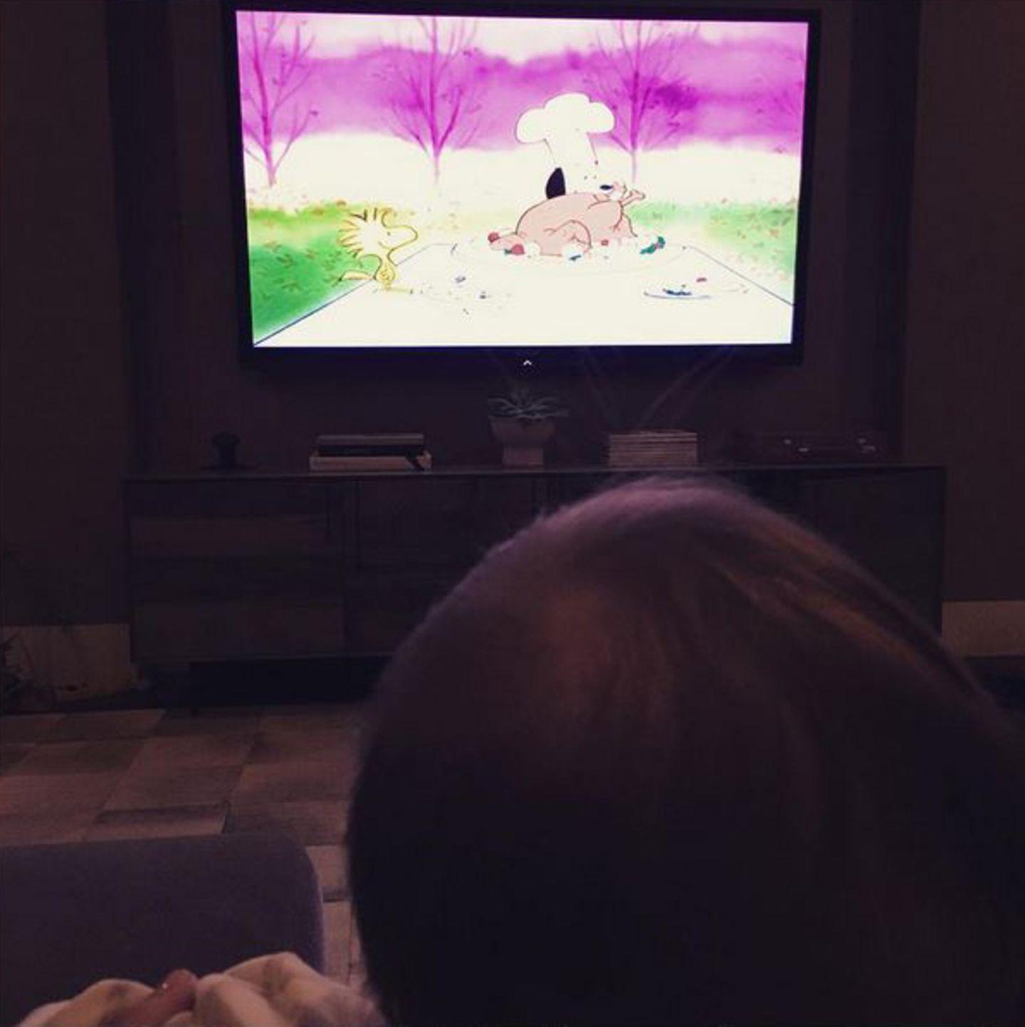 """Mit ihren Kindern hat es sich Kourtney Kardashian auf der Couch gemütlich gemacht, um """"Die Peanuts"""" zu gucken."""