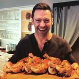 Die Vorfreude auf das Festtagsessen ist bei Hugh Jackman nicht zu übersehen. Auch bei seiner Familie kommt das schmackhafte Geflügel auf den Tisch.