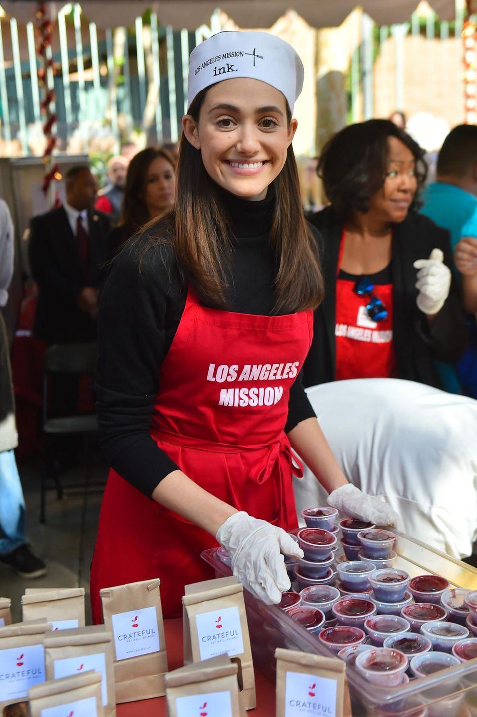 """Emmy Rossum nimmt das Wort """"Giving"""" wortwörtlich und teilt in Los Angeles leckere Mahlzeiten an Obdachlose aus."""