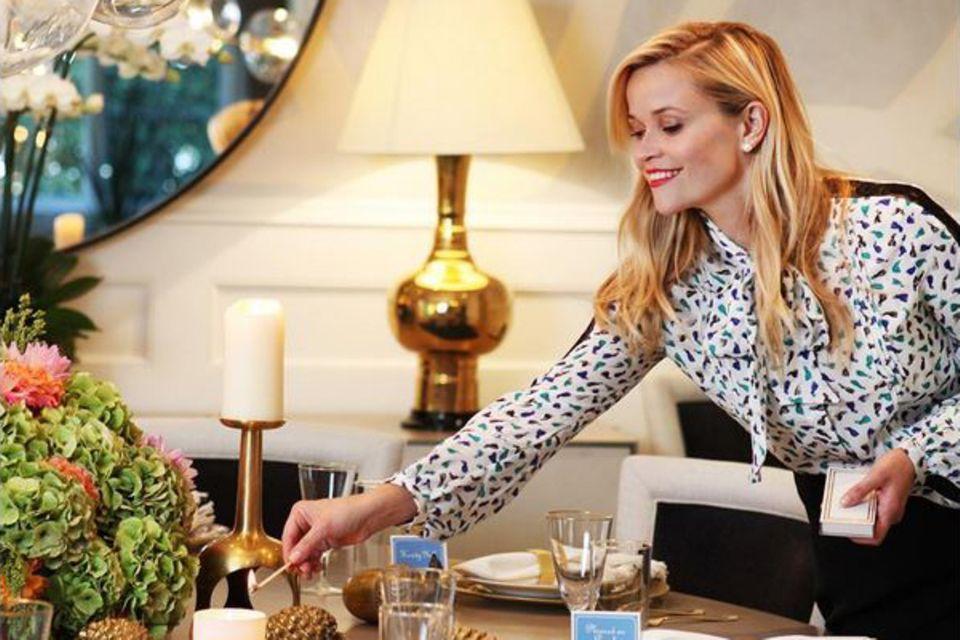 Auf dem Tisch von Reese Witherspoon hat alles seinen Platz und seine Ordnung. Für den letzten Schliff sorgt die Perfektionistin noch einmal selbst.
