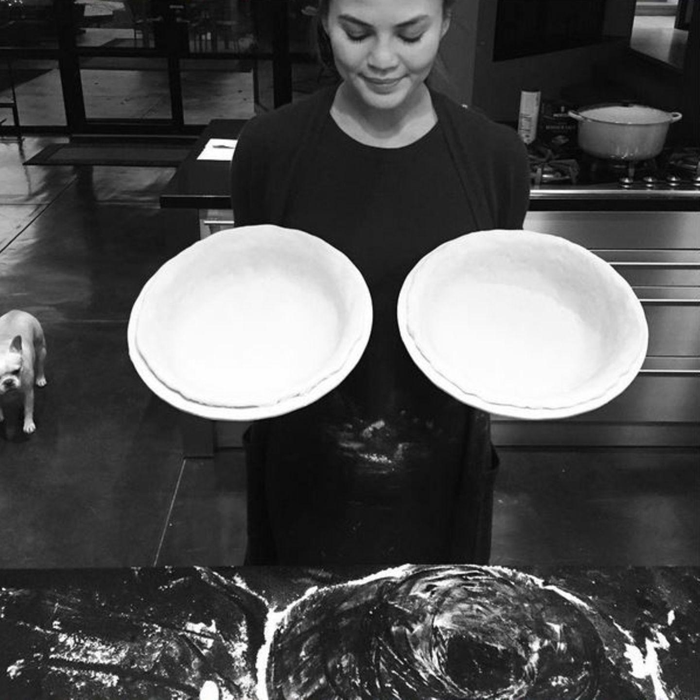 Für Chrissy Teigen und John Legend wird es das letzte Thanksgiving zu zweit sein. Doch selbst ohne Nachwuchs hat das schwangere Model beide Hände voll zu tun. In einem Haus in den Bergen versucht sie sich in der Küche an Kartoffelpasteten.