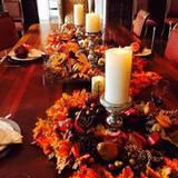 Catherine Zeta-Jones hat sich bei ihrer Tischdeko für eine Farbrichtung entschieden. Bei ihr bleibt alles in herbstlichen Rot- und Brauntönen - passend zum Interior ihres Salons.