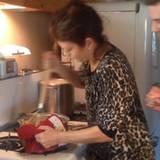 """Im coolen Leo-Pyjama tobt sich """"Grey's Anatomy""""-Star Kate Walsh am Kartoffelstampfer aus. Ihre Freunde gucken ihr dabei über die Schulter."""
