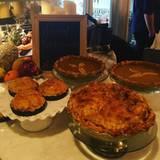 Auf Instagram zeigt Jennifer Lopez, welche Speisen es bei ihr auf den Tisch geschafft haben. Ganz traditionell verzichtet sie auf jeglichen Luxus und setzt ebenfalls auf hausgemachte Pasteten.