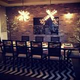 """Ashley Tisdale hat zu sich eingeladen und bereitet ihre Dinner-Tafel bereits am Abend zuvor """"wie ein Boss"""" vor."""