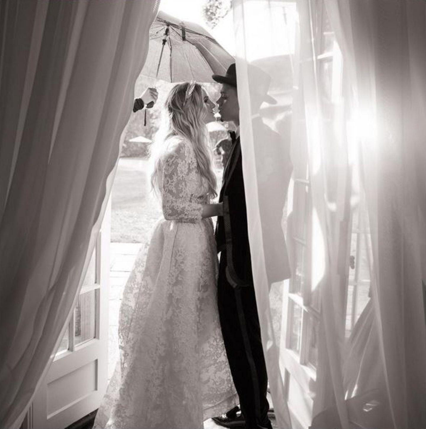 6. September  Mama Diana Ross gestaltete ihr Anwesen in Connecticut so romantisch um, dass ihr Sohn Evan die Sängerin Ashlee Simpson dort heiraten konnte.