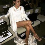 """Einen beinah intimen Einblick à la """"Basic Instinct"""" gewährt Sophia Thomalla in diesem knappen Outfit, in dem sie in der Front Row der Berlin Fashion Week sitzt."""