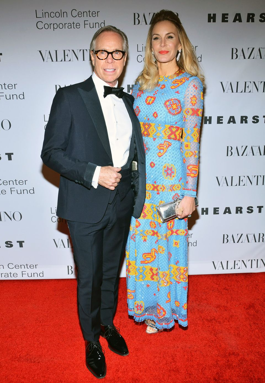 Star-Designer Tommy Hilfiger ist mit seiner Frau Dee zur Gala gekommen. Die erlebte allerdings einen kleinen Fashion-Alptraum: Nicky Hilton hatte sich fürs gleiche Kleid entschieden. Trotzdem konnten beide darüber lachen.