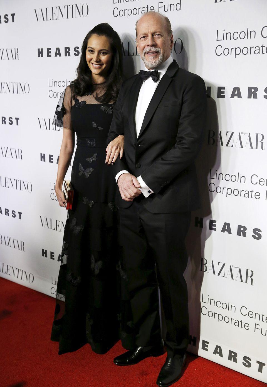 Bruce Willis hat seine Frau Emma Heming mit dabei, die im schwarzen Schmetterlingskleid auf dem roten Teppich strahlt.