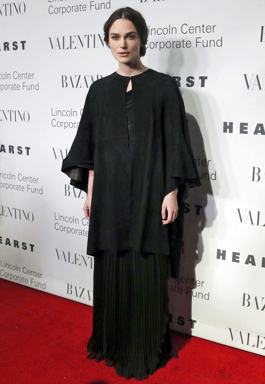 Geheimnisvoll düster: Über dem schwarzen Valentino-Kleid trägt Keira Knightley ein edles Wildleder-Cape.