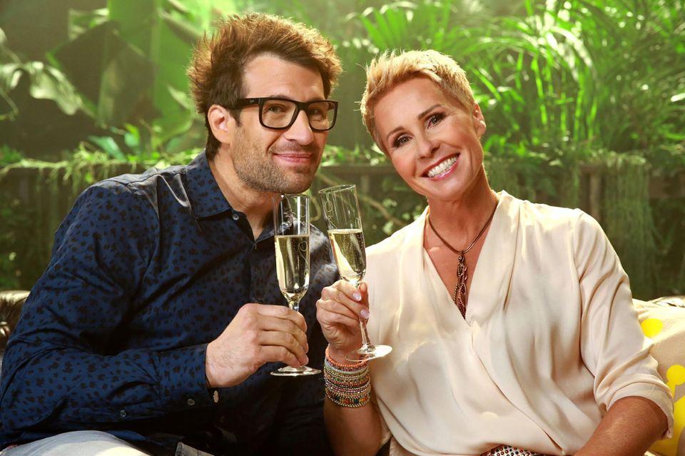 Wie auch in der Vergangenheit werden die 17 Folgen der Jubiläumsstaffel von Daniel Hartwich und Sonja Zietlow moderiert.