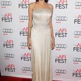 Elegant und wunderschön funkelt Angelina Jolie auf dem roten Teppich des AFI Fests in der mit Pailletten besetzten Bustier-Robe von Atelier Versace.