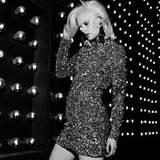 Das silberne Paillettenkleid von H&M mit Stehkragen und tiefem Rückenausschnitt sorgt überall für einen Wow-Auftritt. Dazu: smaragdgrüne Ohrringe aus der Balmain-Kollektion für H&M