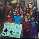 """Die frisch verlobte Eva zeigt ihre herzliche Seite und besucht das """"Harmony House"""" in der Nähe von Delhi. Die NGO kümmert sich um ca. 500 Strassenkinder und unterstützt mit Nahrung, Kleidung, medizinischer Versorgung und Bildung."""