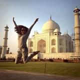 Yeah! Eva ist glücklich und macht gleich mehrere Luftsprünge vor dem Taj Mahal.