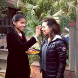 In Indien angekommen bekommt Eva als Willkommensgruß einen Bindi auf die Stirn gemalt. Er ist traditionell das Zeichen der verheirateten Frauen und soll die Frau und auch den Ehemann schützen.