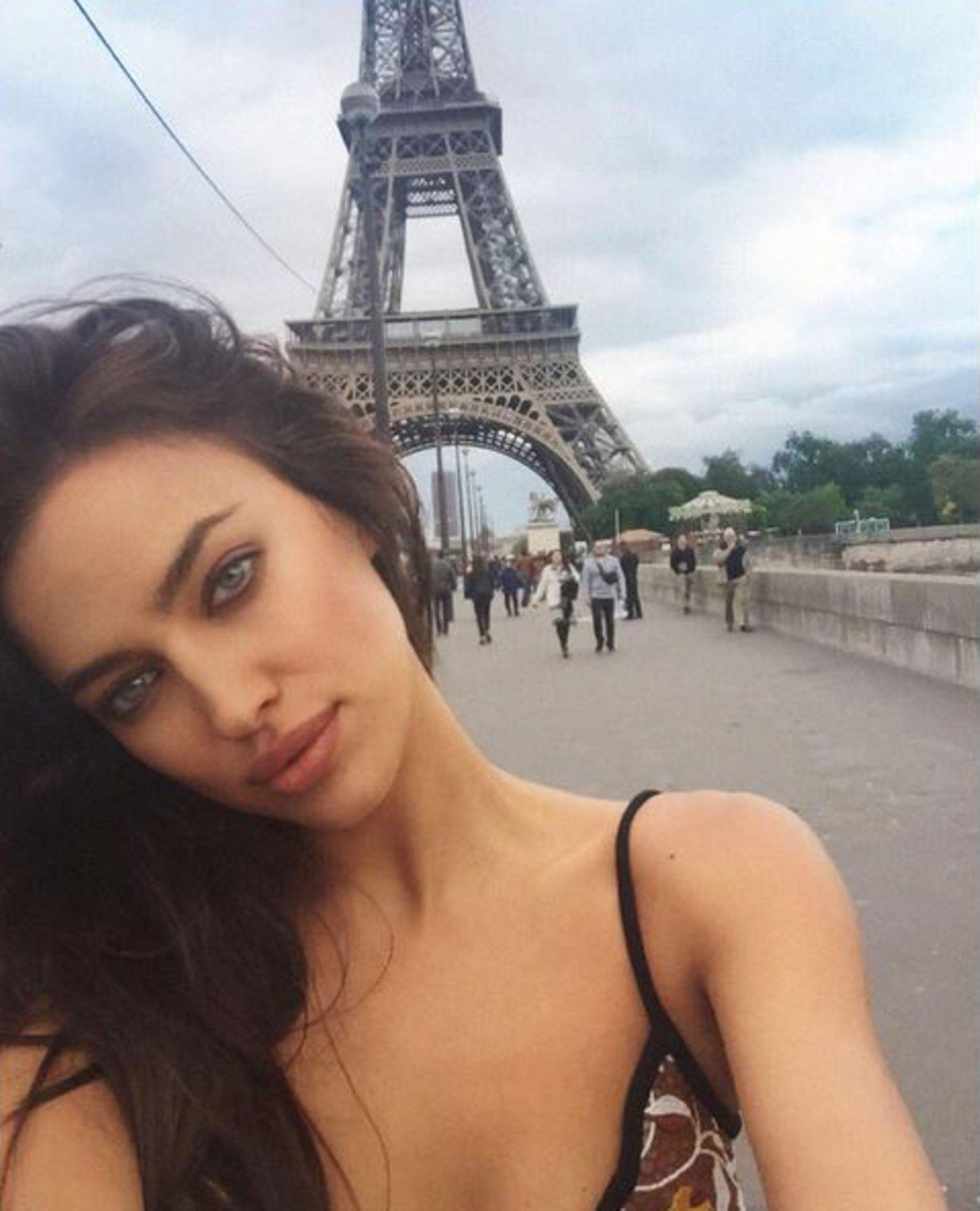 """""""Beim Üben, Tourist zu sein"""", betitelt Irina Shayk vor zwei Monaten diesen Urlaubsschnappschuss. Klingt doch ganz danach, als würde sie schon bald an diesen Ort zurückkehren, der - wie es der Zufall so will - ja auch der Ort der Liebe ist. Ob sie und Bradley hier wohl den nächsten Schritt wagen? Festtagsstimmung und Paris - einen besseren Mix für ganz große Emotionen kann es doch gar nicht geben."""