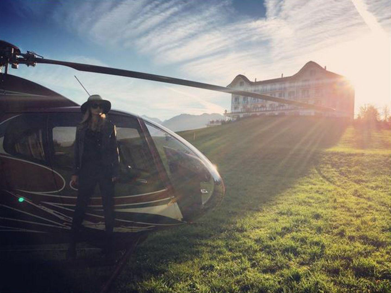 """Anfang November überraschte ihr Liebster Paris Hilton mit einem Helikopter-Rundflug durch die Lüfte der Schweiz und legte mit ihr einen Stopp in dem bezaubernden Hotel """"Villa Honegg"""" ein. Vielleicht schon ein erster Probelauf für einen Heiratsantrag? Das Chalet nahe Luzern gäbe schließlich eine tolle Location dafür ab und Paris schwebt eh schon auf Wolke 7 - ob nun mit oder ohne Hubschrauber."""