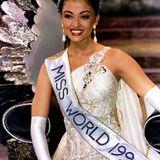 """Nach dem Titel der """"Miss India"""" konnte sich Aishwarya Rai dann 1994 auch die blaue Krone der """"MIss World"""" aufsetzen. Kein Wunder bei diesem bildschönen Gesicht."""
