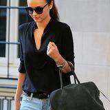 """Wer nach einer tollen, zeitlosen Lederhandtasche sucht ist bei der """"Pierre Bag"""" von der Luxusmarke Balmain genau richtig. Model Miranda Kerr trägt sie hier in der Farbe grau zu einer hellen Jeans und lockeren Bluse.   ca. 5.180 €"""