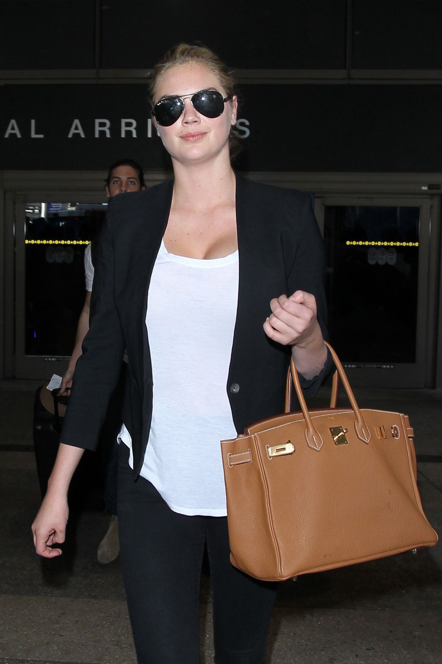 """Der hohe Preis lohnt sich. Wer eine von Handarbeit gefertigte """"Birkin Bag"""" von Hermès ergattert, hat Jahre in einer Warteschlange verbracht und wird noch lange etwas von der Ledertasche, von der es nur eine geringe Anzahl an Exemplaren gibt, haben. Stars wie Kate Upton tragen sie täglich.   ab ca. 9.000 €"""