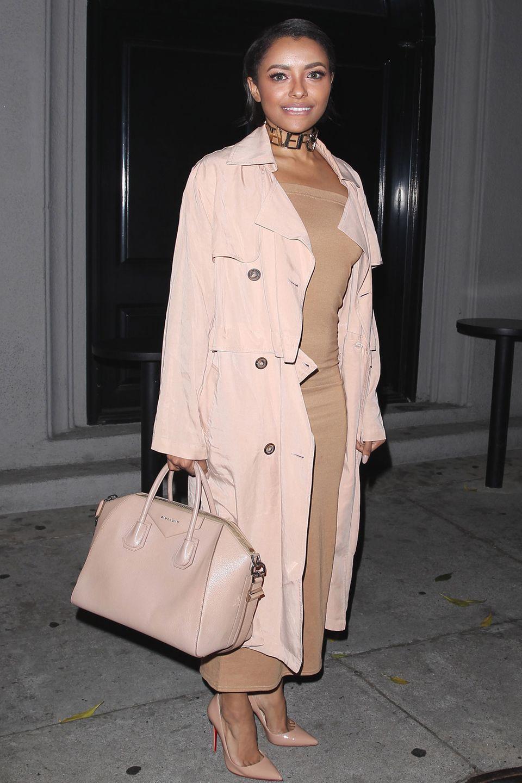 """Schauspielerin Kat Graham ist eine von vielen Frauen, die ihre """"Antigiona"""" Ledertasche von Givenchy liebt. Auf dem Bild trägt sie das etwas größere Modell, das auf ihr Outfit farblich perfekt abgestimmt ist.   ca. 1.890 €"""