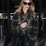 """All Around Star Rosie Huntington mit ihrer Saint Laurent """"Sac De Jour Leather Tote"""" am Flughafen. Ein Klassiker unter den It Bags, den sich schon viele Frauen zugelegt haben.  ab ca. 950 €"""