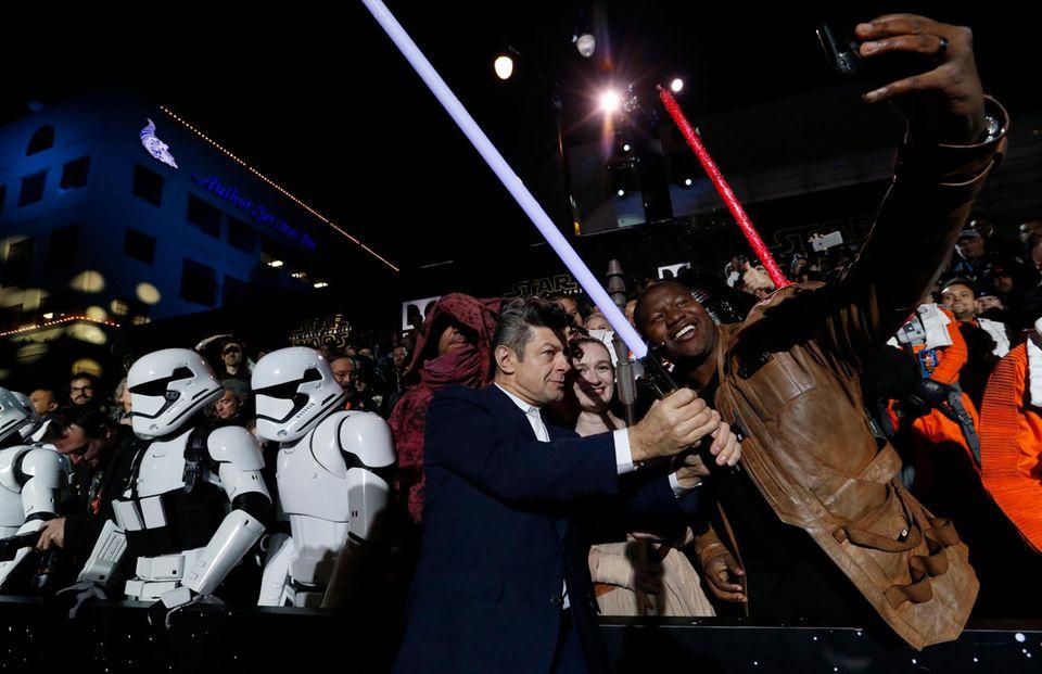"""Andy Serkis ist als """"Supreme Leader Snoke"""" einer der Bösewichte in """"Star Wars 7"""". Die Fans reißen sich um Selfies mit ihm."""