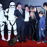 Carrie Fisher posiert mit ihren Schauspielkollegen sowie James Blunt für die Fotografen.
