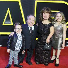 """Der britische Schauspieler Warwick Davis hat bisher in drei """"Star Wars""""-Filmen mitgespielt. Seine Familie begleitet ihn zur Premiere."""