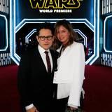 """J.J. Abrams hat zum ersten Mal Regie bei einem """"Star Wars""""-Film geführt und kommt mit seiner Frau Katie McGrath zur Weltpremiere."""