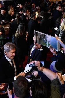 Die Fans reißen sich um Autogramme von Harrison Ford.