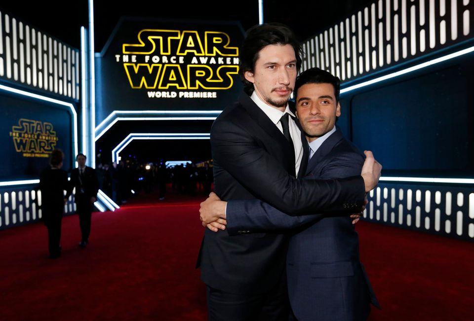 """Oscar Isaac (rechts) spielt """"Poe"""" einen neuen Helden im """"Star Wars""""-Universum. Auf dem roten Teppich hat er einen Widersacher Adam Driver alias Bösewicht """"Kylo Ren"""" allerdings ziemlich lieb."""