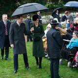 Prinz William und Herzogin Catherine nehmen sich noch kurz Zeit für die vielen Wartenden vor der Kirche.