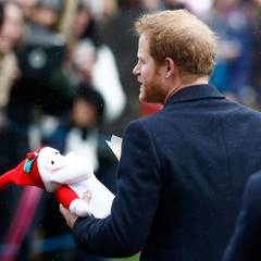 Prinz Harry sammelt fleißig Geschenke ein.