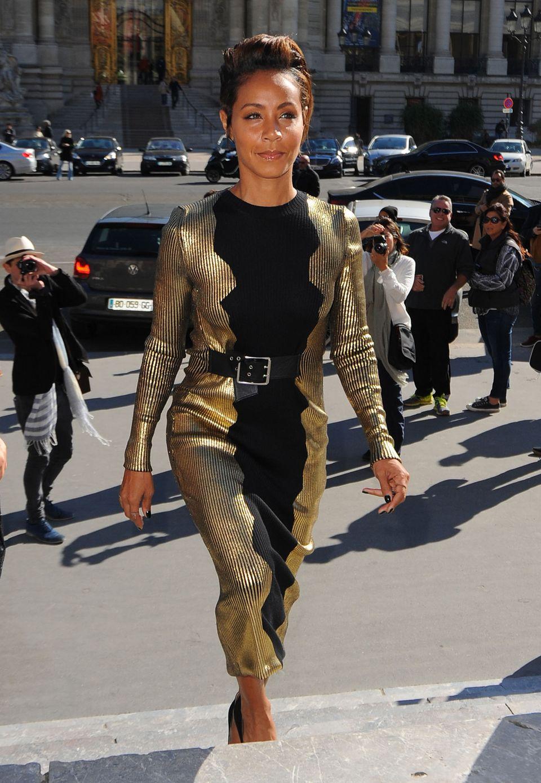 In elegantem Schwarz und Gold macht sich Jada Pinkett-Smith auf den Weg zur Fashion-Show von Guy Laroche in Paris.