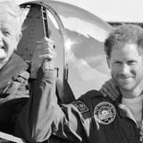 """22. Dezember: England  Auch von Prinz Harry gibt es eine Weihnachtskarte, deren Motiv man sich auf der offiziellen Facebookseite des Königshauses ansehen kann. Das Motiv: Harry und der """"Battle of Britain""""-Veteran Tom Neil nach ihrem gemeinsamen Flug im September 2015."""