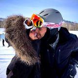 Nina Dobrev und Austin Stowell haben sich als turtelnde Schneehasen verkleidet und genießen die romantische Bergluft.