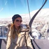 Wie immer top gestylt, macht sich Paris Hilton auf den Weg zum Gipfel. In Aspen verbringt sie ein paar Tage mit Skifahren.